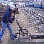 india-shimla-helping-toy-train-staff